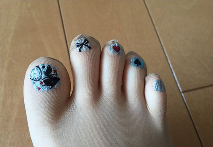 People In Japan Are Going Crazy For These Stockings With Pre-Painted Toenails (9 pics)