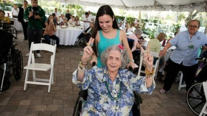 High Students Throw A Senior Prom For Senior Citizens (5 pics)