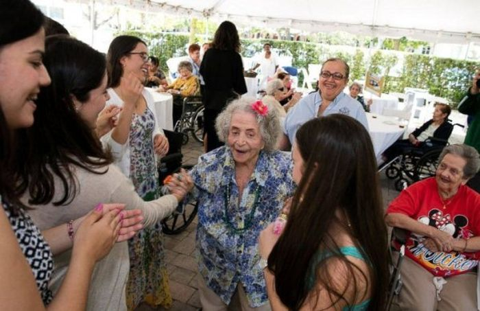 High Students Throw A Senior Prom For Senior Citizens (5 pics)