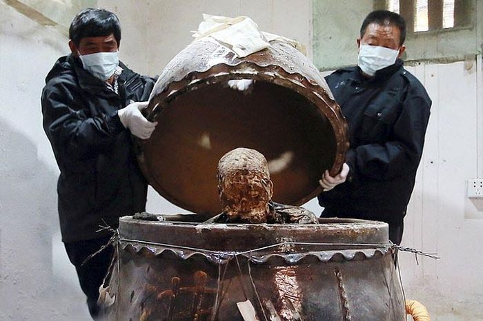Buddhist Monk Gets Mummified And Turned Into A Gold Statue (6 pics)