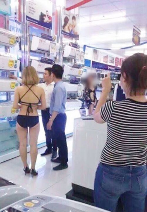 An Electronics Store In Vietnam Is Using Girls In Bikinis To Bring In More Business (7 pics)