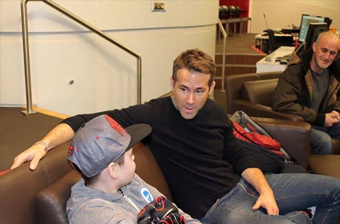 Ryan Reynolds Pays Tribute To A Fallen Friend On Facebook (4 pics)