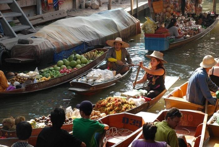 Floating Markets Play An Important Role In Southeast Asia (14 pics)