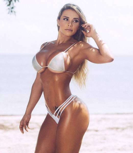 People Told This Gorgeous Woman She Was Chubby, So She Became A Fitness Model (26 pics)