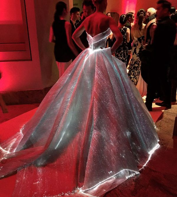 Claire Danes Showed Up To The Met Gala In A Glowing Dress (7 pics)
