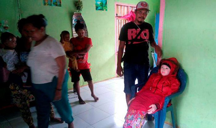 Indonesian Villagers Mistake Sex Doll For A Fallen Angel (4 pics)
