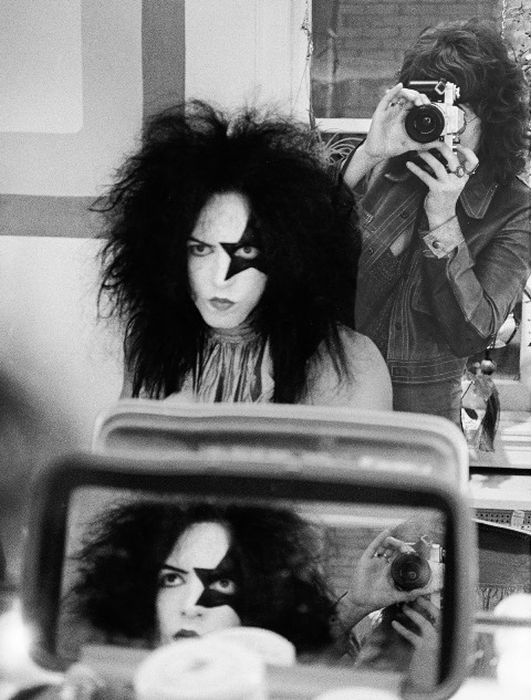 Backstage Photos Of Kiss Getting Ready To Take The Stage (16 pics)