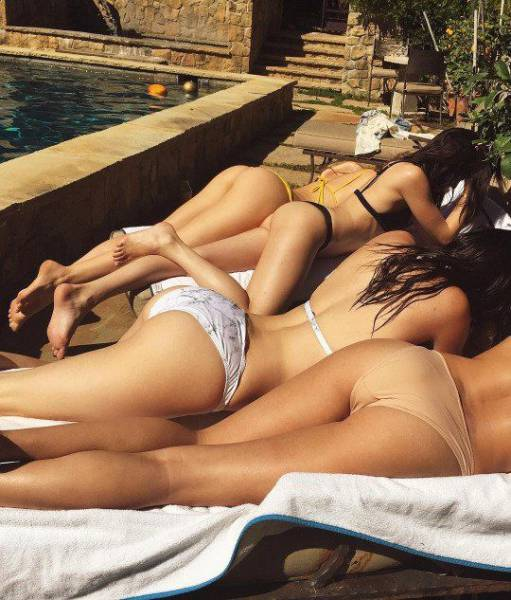 It's A Wonderful Thing When Sexy Women Hang Out With Other Sexy Women (45 pics)