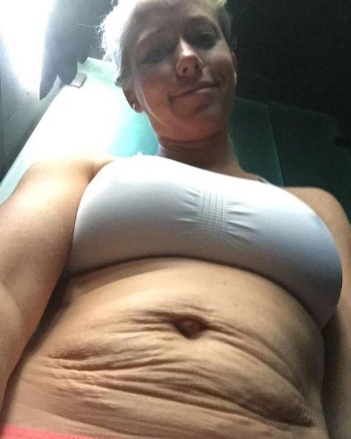 Former Playboy Model Shows Off Her Belly After Giving Birth To Two Babies (4 pics)