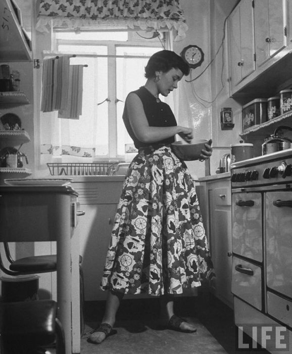Guy Cleaning Kitchen: Black And White Photos By Nina Leen Show What Women Were Like In The '40s And '50s (37 Pics