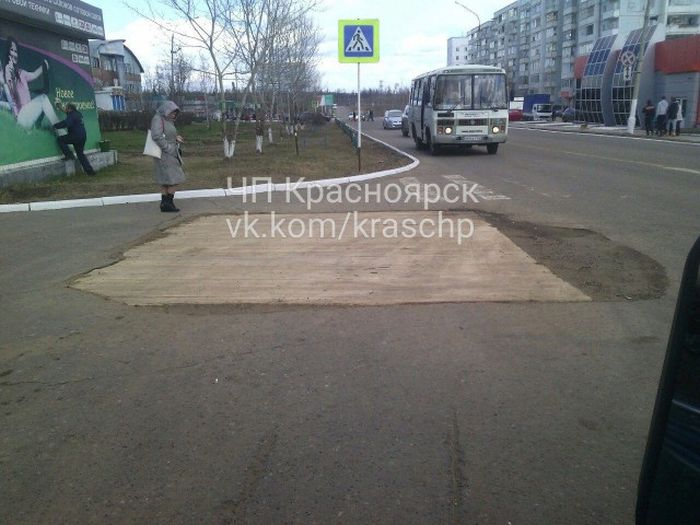 An Interesting Way To Repair The Roads In Russia (2 pics)