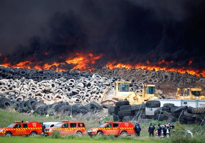 Authorities In Spain Suspect Arson After Five Million Tires Are Set Ablaze (10 pics)