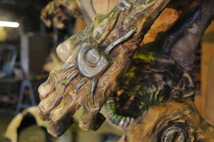 Man Uses Chainsaw To Create Demon Sculpture Revenant From Doom (16 pics)