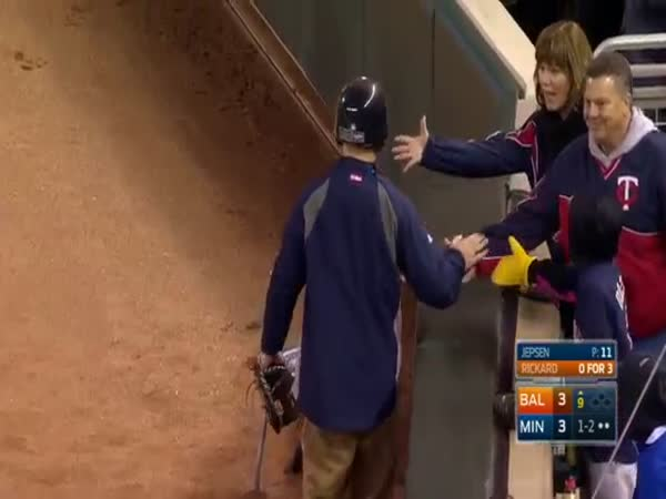 Twins Ballboy Makes Great Catch On Foul Ball