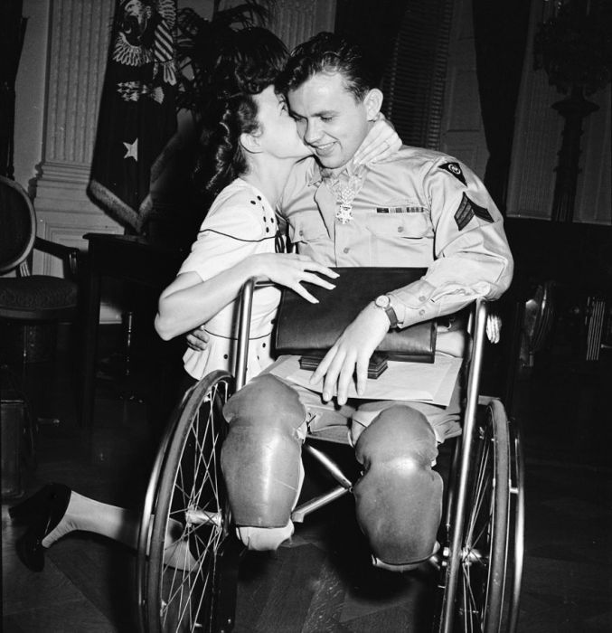 Historic Photos Show True Love In The Time Of War (35 pics)