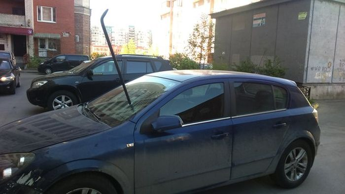 This Opel Is In Need Of Some Serious Repairs (2 pics)