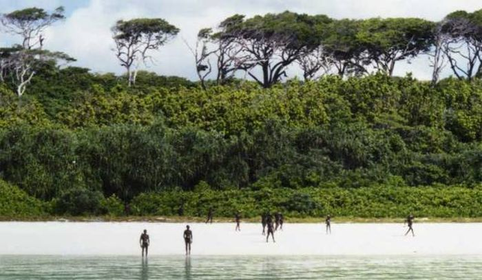 Isolated Tribe Refuses To Make Contact With The Outside World (13 pics)