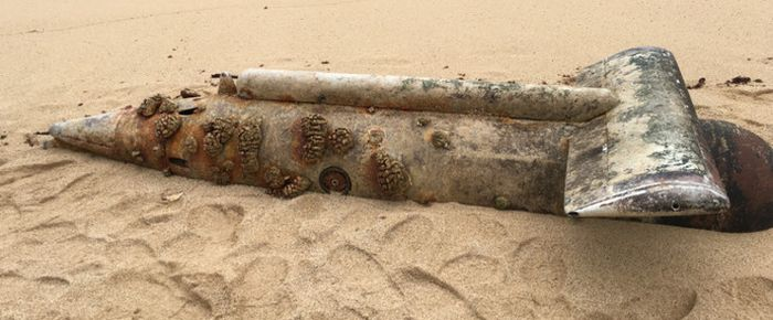 Russian Submarine Turns Up On A Beach In Hawaii (6 pics)