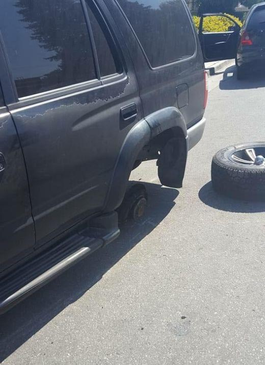 This Car Lost A Wheel Because Of Something Simple (7 pics)