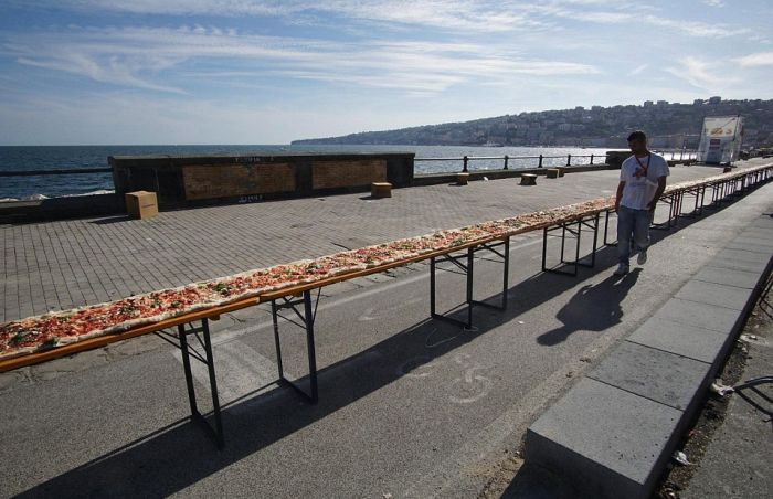 Chefs In Naples Cook The World's Longest Pizza (11 pics)
