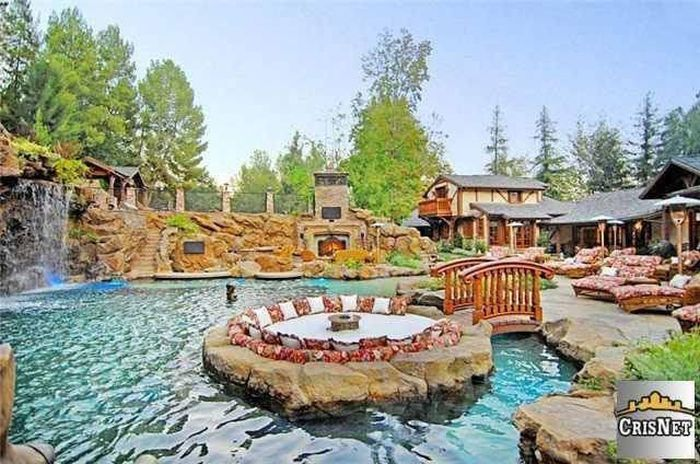 An Inside Look At Drake's Luxurious $8 Million Dollar Estate (15 pics)