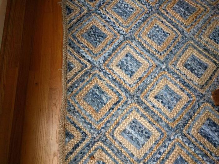 Can You Spot The Snowman Hiding In This Rug? (4 pics)