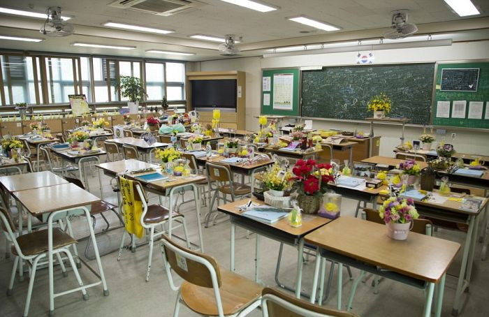 An Eerie Classroom In South Korea Sits Frozen In Time (11 pics)