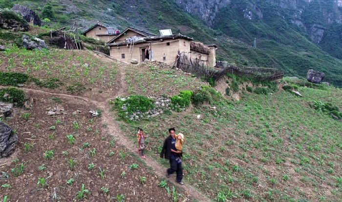 Children From This Remote Chinese Village Travel Unsafe Terrain To Get To Class (11 pics)