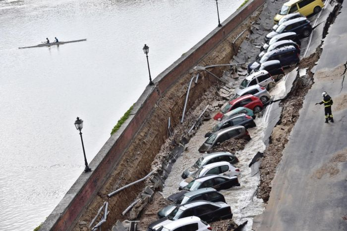 Parking Area Collapses On The Banks Of Florence's Arno River (7 pics)