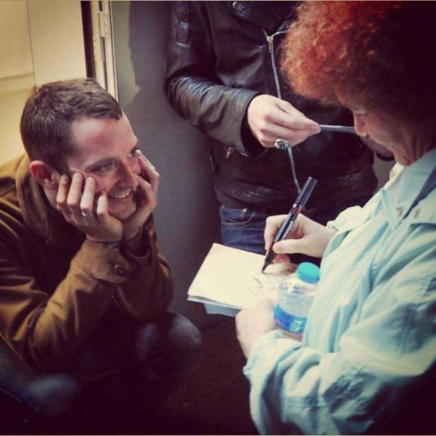 Pictures Of Celebrities Asking Other Celebrities For Their Autographs (10 pics)