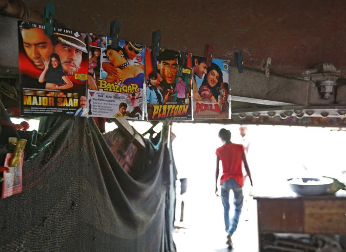 Makeshift Movie Theater In India Helps People Escape The Heat (16 pics)