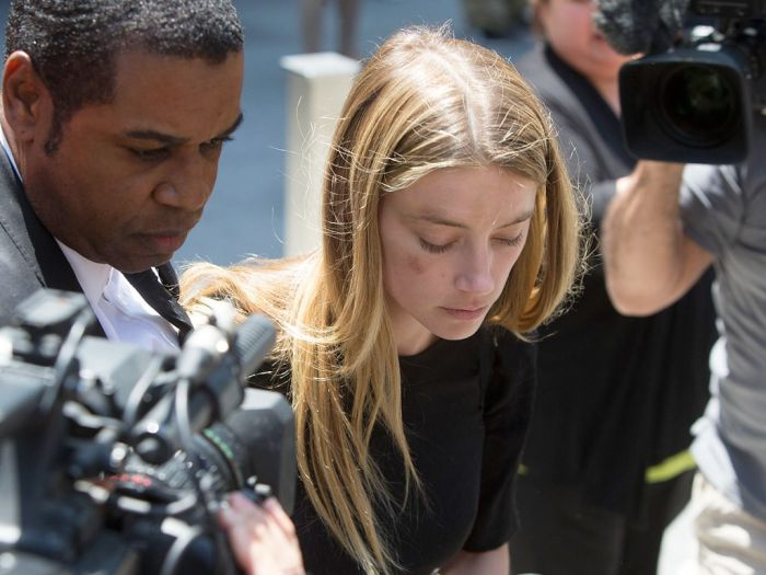 Amber Heard Is Divorcing Johnny Depp And She's Accusing Him Of Being Abusive (4 pics)