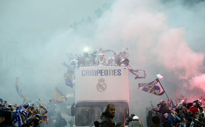 Real Madrid Take The European Cup For A Parade Around The City (21 pics)