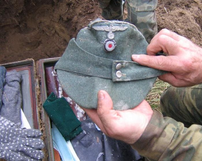 Russian Volunteers Find Items Buried On An Old World War II Battlfield (14 pics)