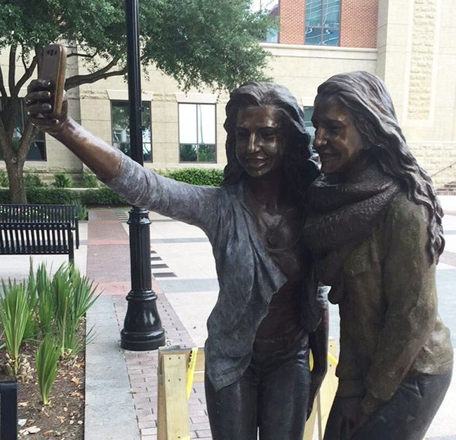 Texas Town Erects Selfie Taking Statue In Front Of City Hall (5 pics)