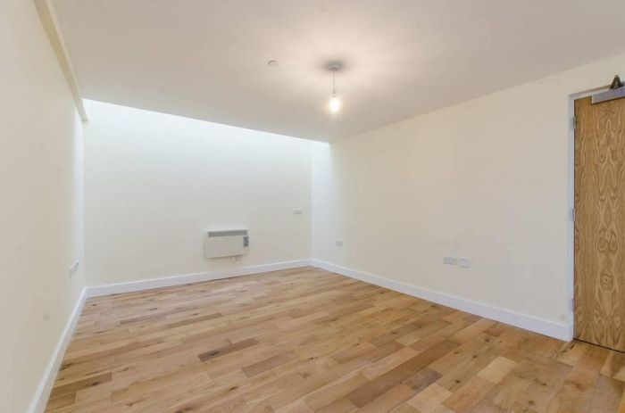 These Pricey London Flats Have High Rent And No Windows (5 pics)