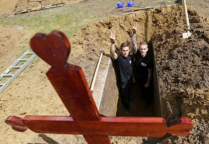 First National Gravedigging Competition Held In Debrecen (12 pics)