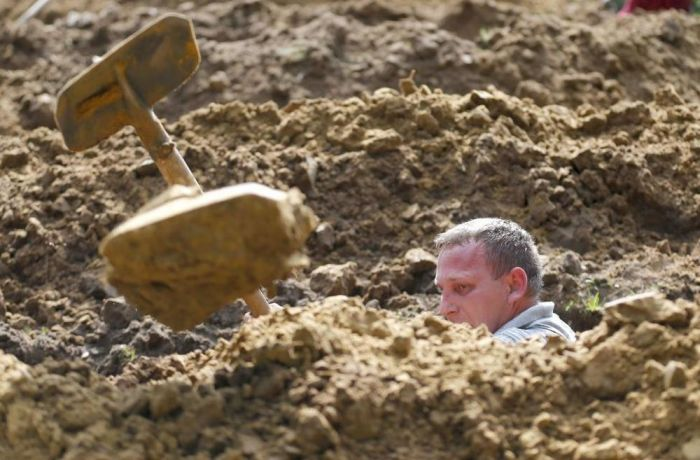 First National Gravedigging Competition Held In Debrecen (12 pics)
