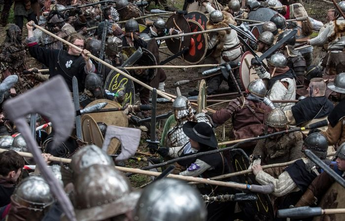Fans Gather In The Czech Republic To Reenact A Battle From The Hobbit (21 pics)
