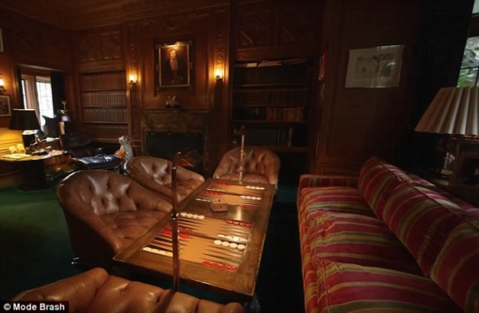 Twinkie Owner Buys The Playboy Mansion For $200 Million (19 pics)