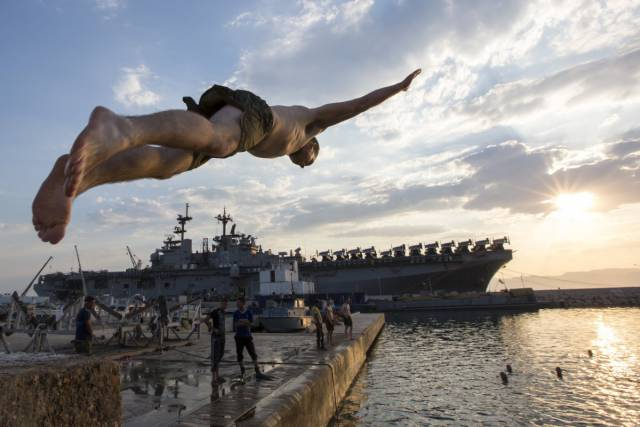 US Soldiers In The Navy And Marines Get To Swim In The Coolest Places (21 pics)