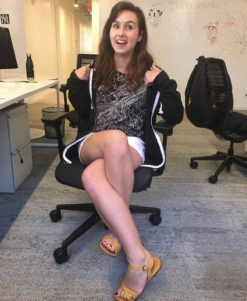 It Can't Be Comfortable To Sit Like This (5 pics)
