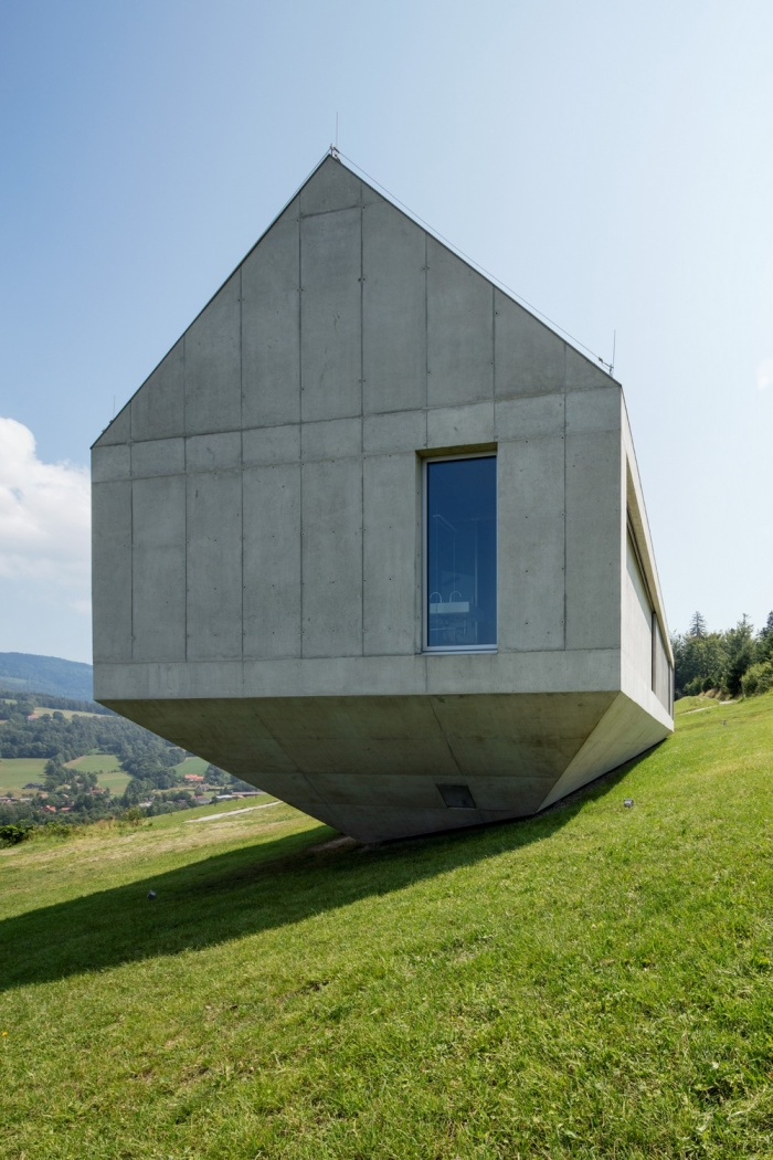 This House Was Built To Withstand A Landslide (16 photos)
