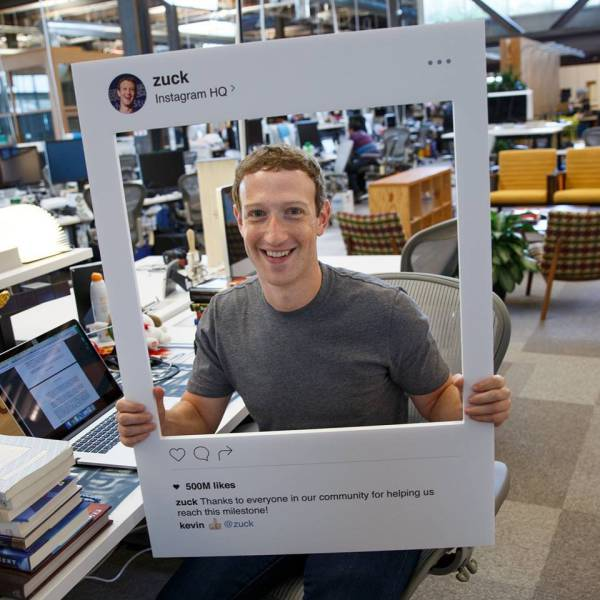 Somebody Noticed Something Peculiar In This Photo Of Mark Zuckerberg (3 pics)