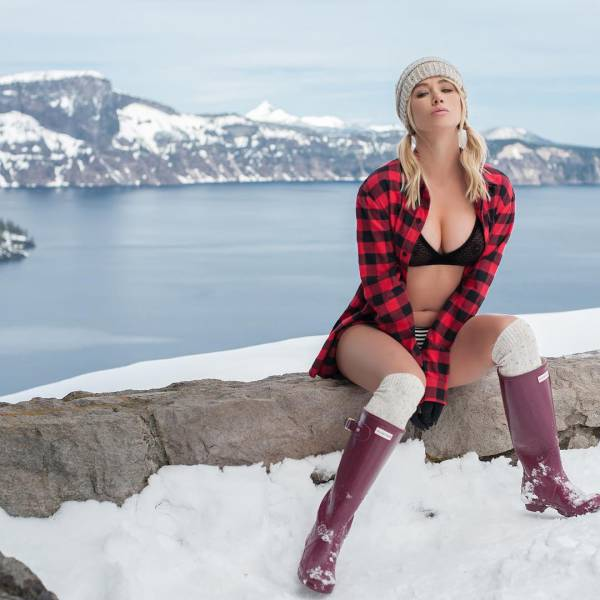 Sara Jean Underwood Is Taking Sexy Photos Across America (32 pics)