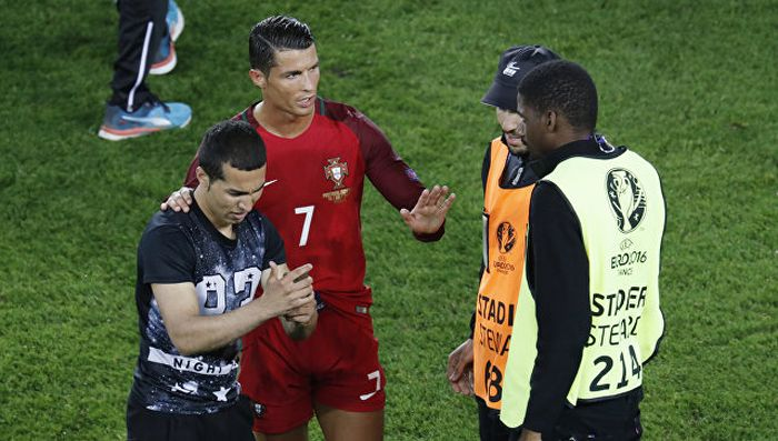 Cristiano Ronaldo Defends Fan At Workers Stadium (4 pics)