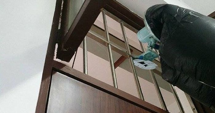 Chinese Student Finds Clever Way To Escape His Roommate's Second Hand Smoke (4 pics)