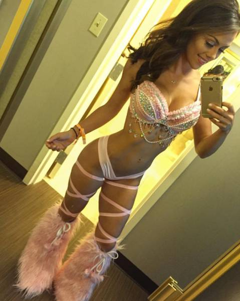 Smoking Hot Girls From This Year's Electric Daisy Carnival (37 pics)