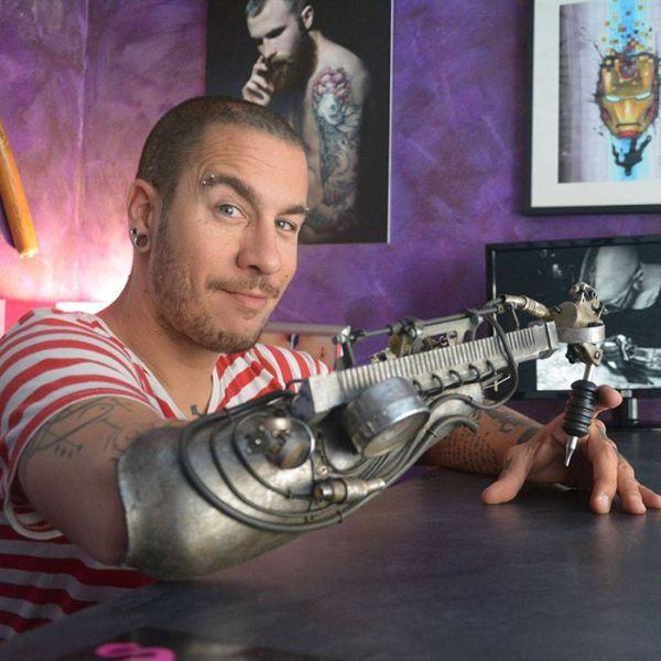 Tattoo Artist Gets First Ever Tattoo Gun Prosthetic (4 pics)