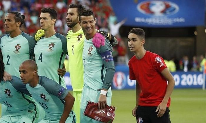 Fan Photobombs The Portugese National Team's Photo (2 pics)